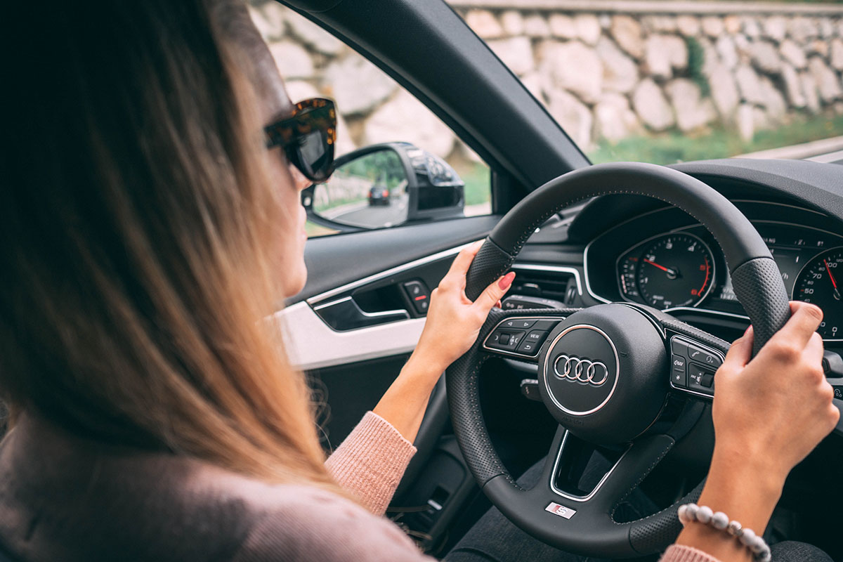 «Они все сигналят» — как побороть страх водить машину?